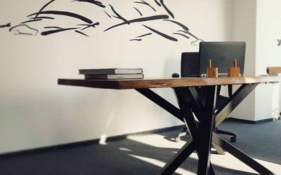 снимка на офис маса от масив